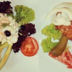Avocado mit Dillrahmsauce und Shrimps garniert und Beefsteak-Tartare im Restaurant Hotwagner